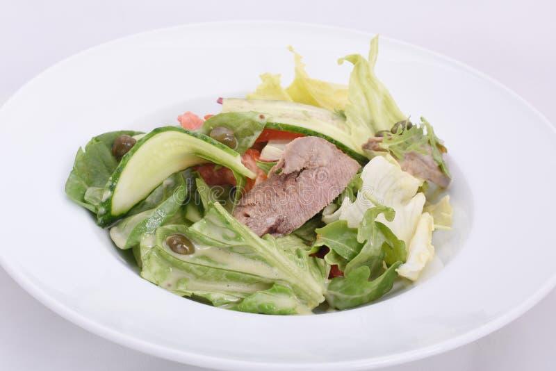 Salade fraîche appétissante avec des graines de citrouille, des verts et le veau bouilli de bébé photographie stock
