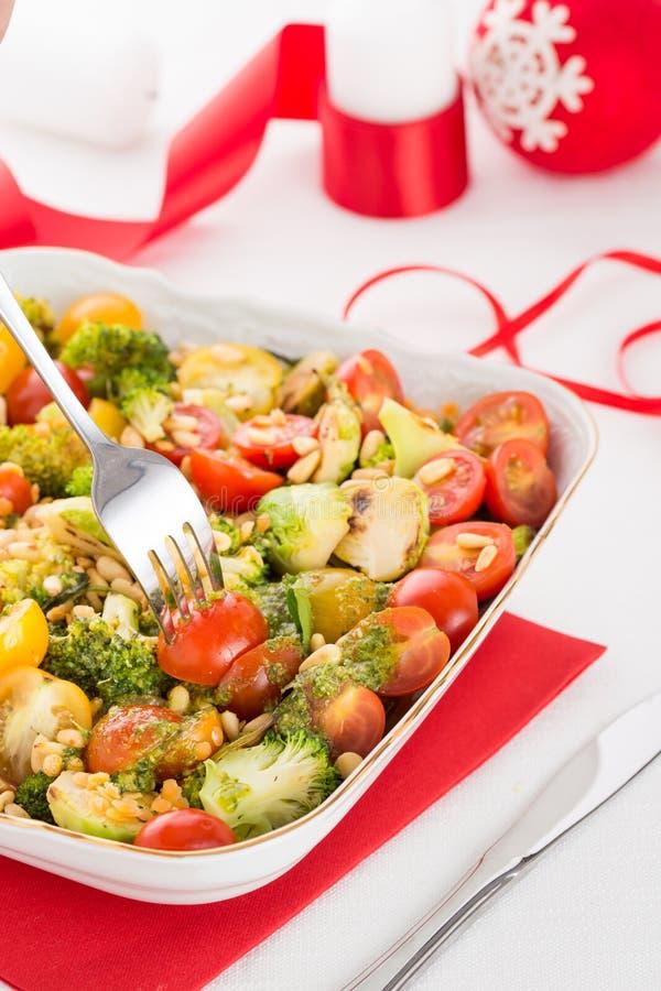 Salade fraîche avec des légumes dans la cuvette blanche photos stock