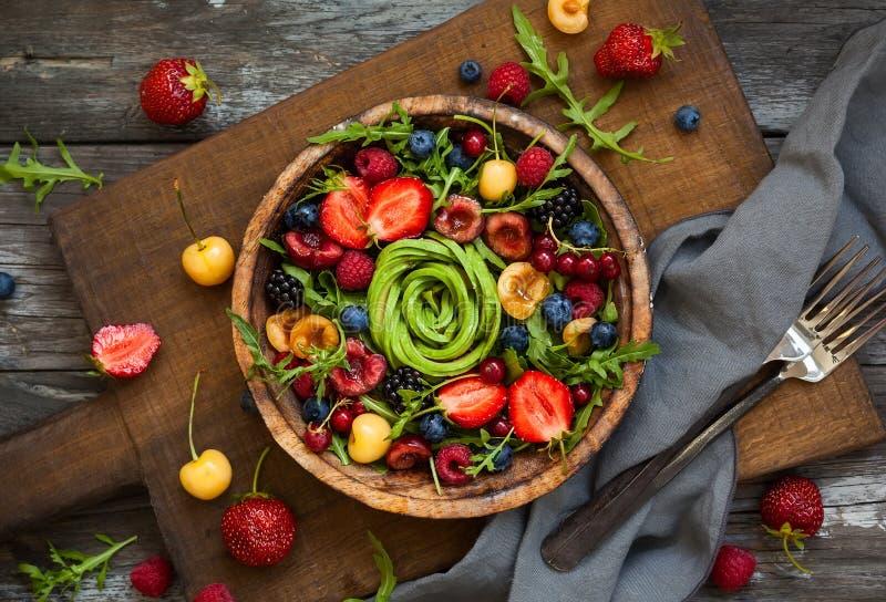 Salade fraîche avec le fruit, la baie et les légumes images stock