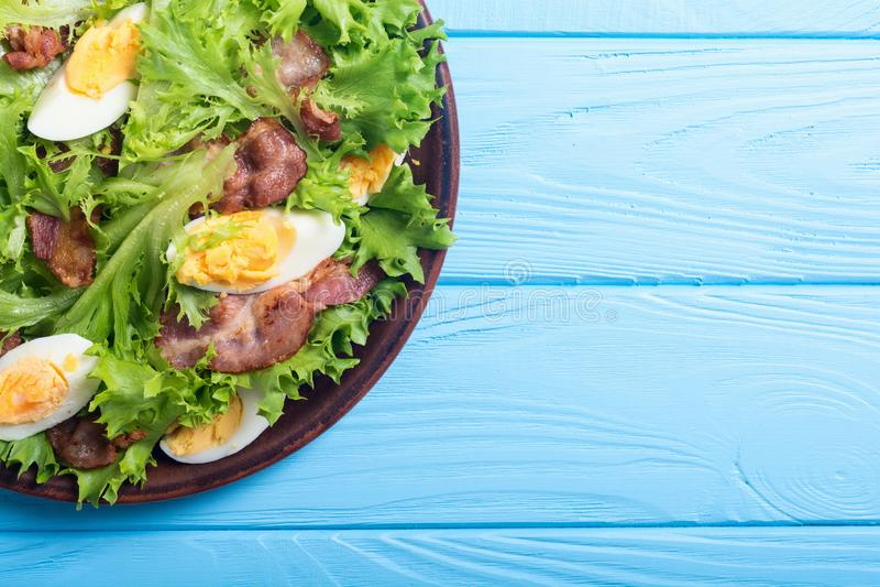 Salade fraîche avec le lard images stock