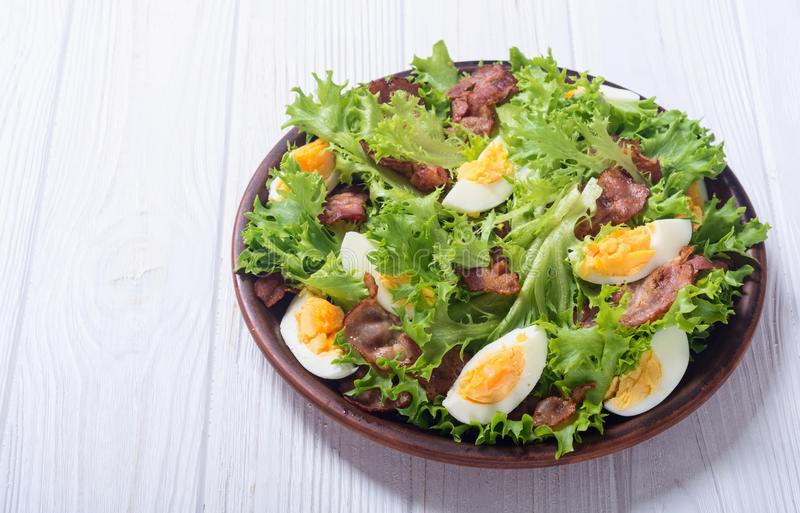 Salade fraîche avec le lard photo stock