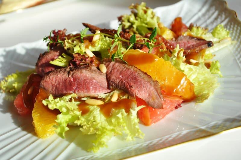 Salade fraîche avec le sein de canard images libres de droits