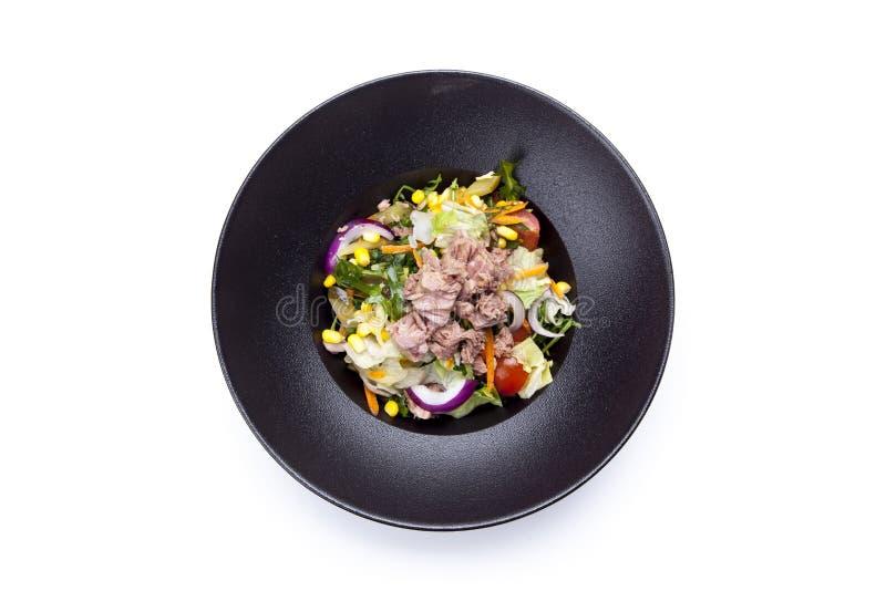 Salade fraîche avec le thon, les tomates, les oeufs, l'arugula et la moutarde sur le wh photographie stock