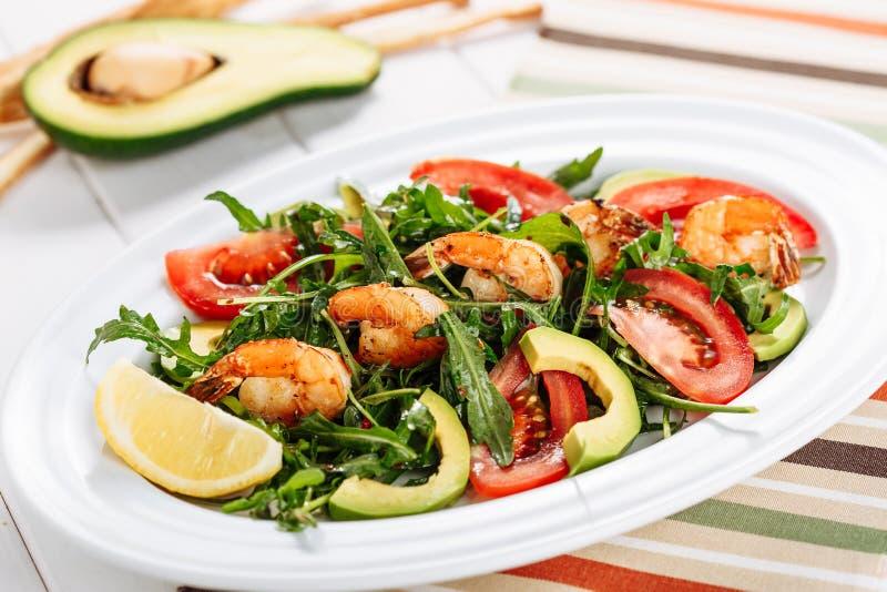Salade fraîche d'avocat avec des tranches de tomate de crevettes image stock