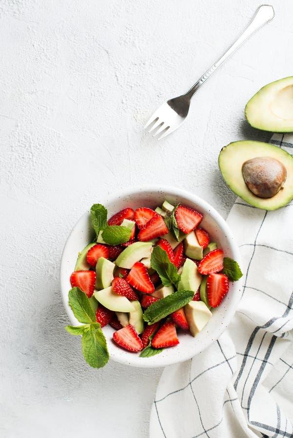 Salade fraîche d'avocat et de fraise avec les feuilles en bon état images libres de droits