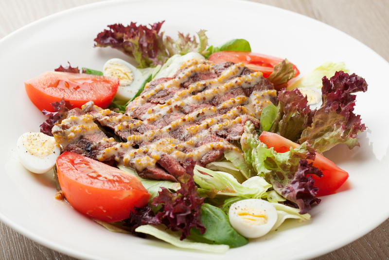 Salade fraîche de boeuf avec de la laitue, tomates, oeufs à la coque, moutarde SA image stock