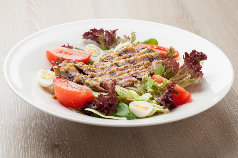 Salade fraîche de boeuf avec de la laitue, tomates, oeufs à la coque, moutarde SA photos libres de droits