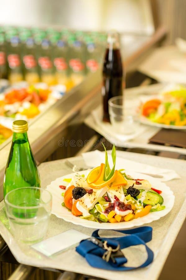 Salade fraîche de nourriture saine de plateau de portion de cantine photographie stock