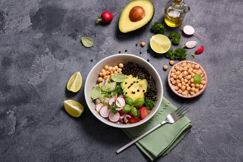 Salade fraîche de pois chiche et de lentille avec les veggies, la cuvette de déjeuner de vegan ou le casse-croûte sain, eanting p photos stock
