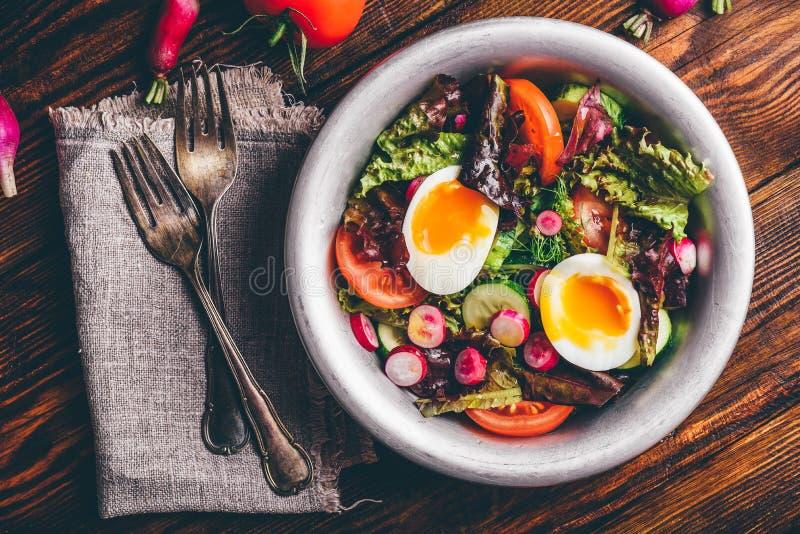 Salade fraîche de ressort avec les légumes et les oeufs à la coque du cru photographie stock