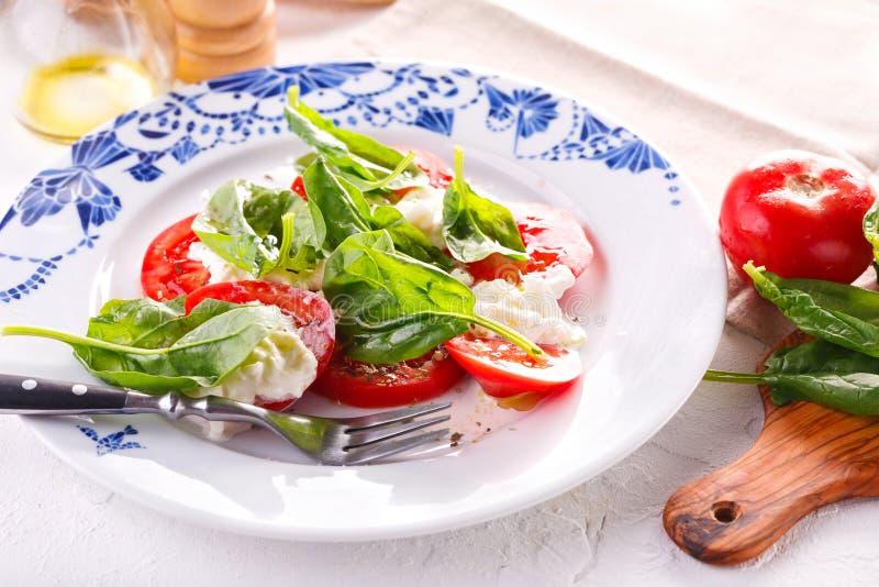 Salade fraîche de tomate, de fromage et d'épinards Salade d'?t? photographie stock
