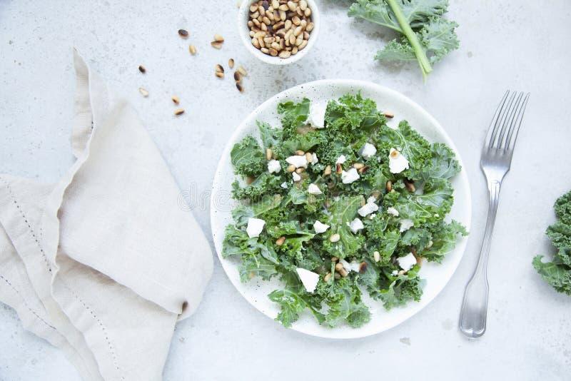 Salade fra?che de chou fris? avec du fromage de ch?vre, les pignons et le habillage doux de vinaigre balsamique image stock
