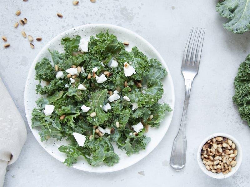 Salade fra?che de chou fris? avec du fromage de ch?vre, les pignons et le habillage doux de vinaigre balsamique ? l'oignon sur le photo stock