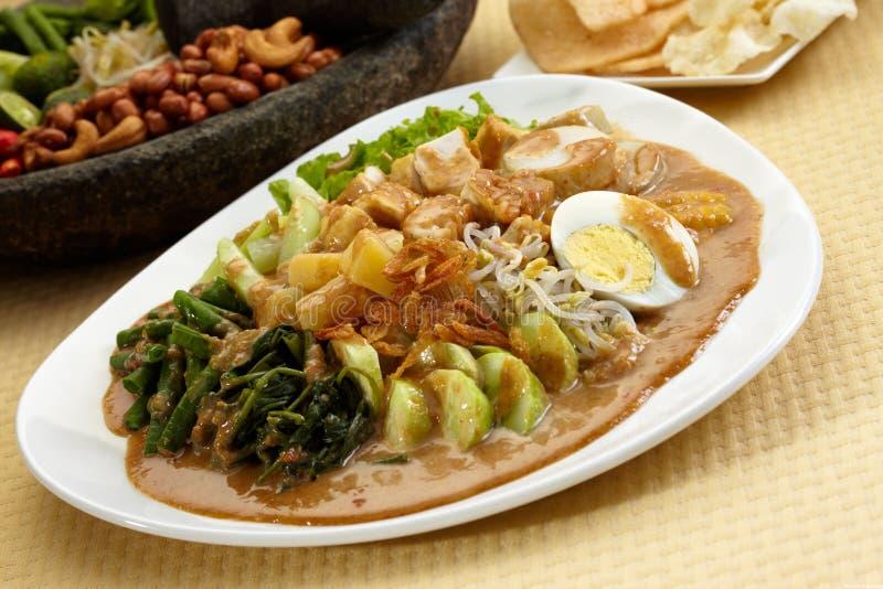 Salade frite de légumes avec des pommes de terre, gloire de matin, oeufs à la coque photos libres de droits