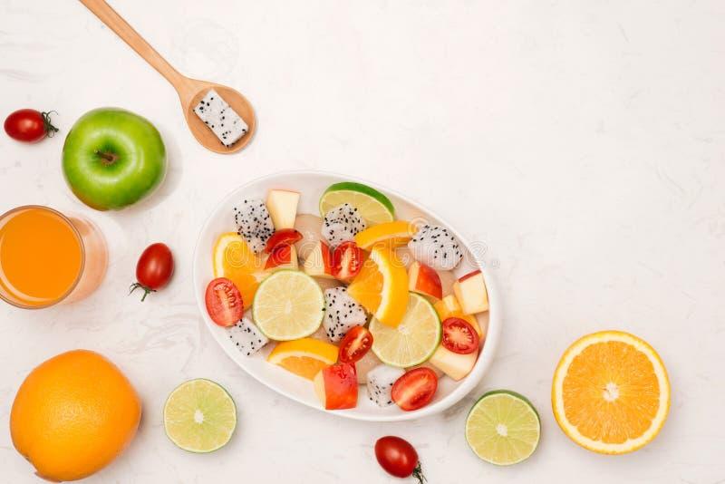 Salade fruitée d'été dans la cuvette blanche sur le fond blanc photographie stock libre de droits