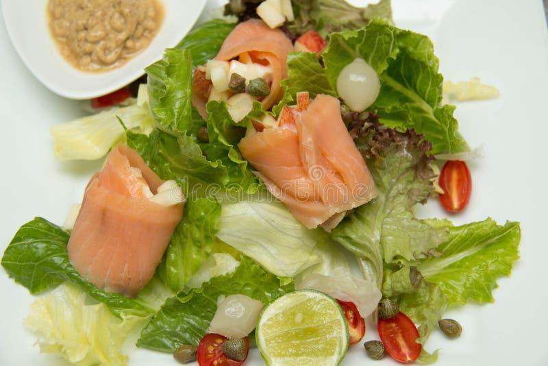 Salade gerookte zalm met groenten stock fotografie