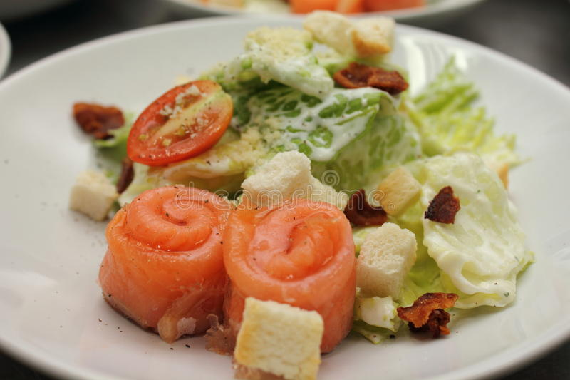 Salade gerookte zalm met heerlijke groenten stock afbeeldingen