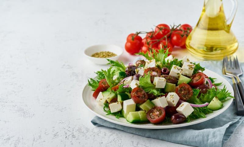 Salade grecque avec du feta et les tomates, nourriture suivante un régime sur le plan rapproché blanc de l'espace de copie de fon photo libre de droits