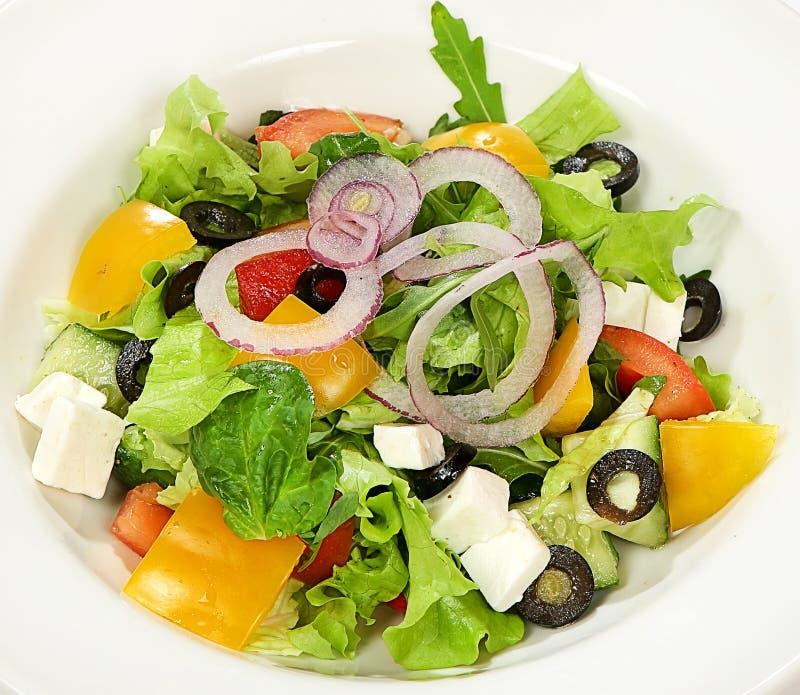 Salade grecque avec du fromage de fetax, tomates, olives, poivron doux images stock