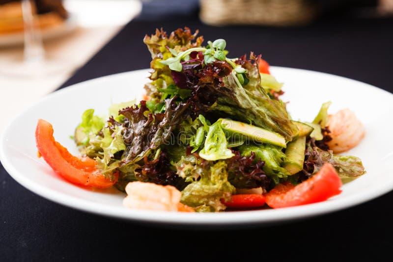 Salade grecque avec la crevette images libres de droits