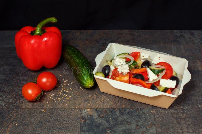 Salade grecque dans une cuvette images stock