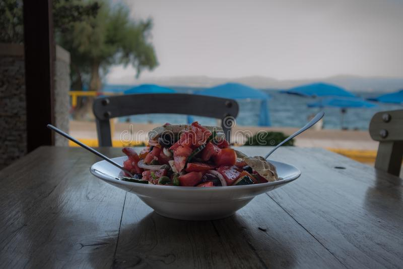 Salade grecque sur une table près de la mer images stock