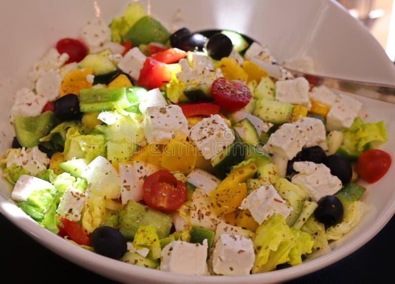 Salade grecque traditionnelle dans une cuvette photo stock