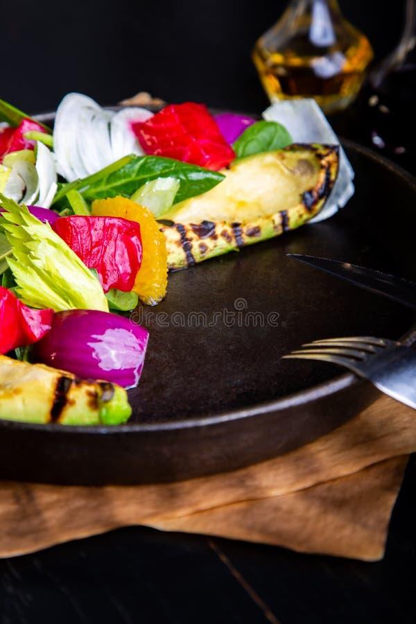 Salade grillée chaude délicieuse de légumes avec l'avocat à l'arrière-plan de restaurant Nourriture exclusive saine sur le grand  photographie stock
