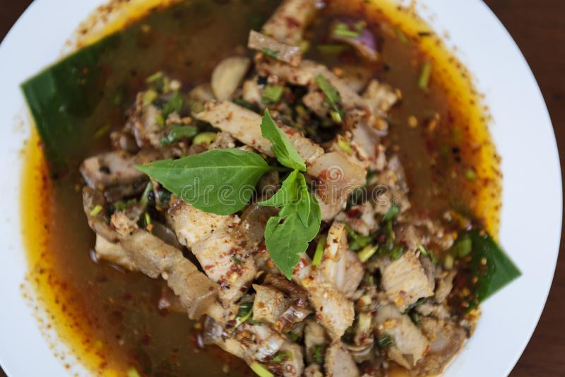 Salade grillée chaude et épicée de porc, Nam Tok Moo, nourriture thaïlandaise image stock