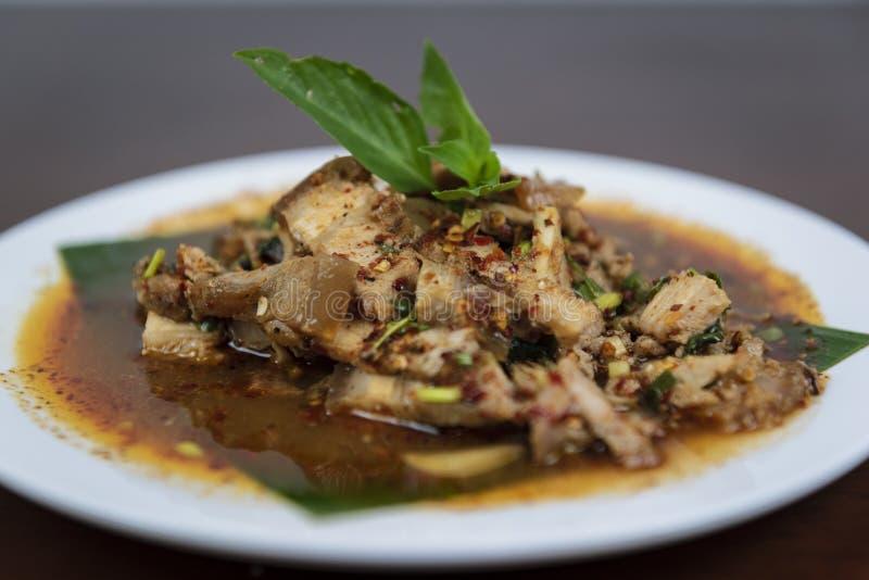 Salade grillée chaude et épicée de porc, Nam Tok Moo, nourriture thaïlandaise images stock