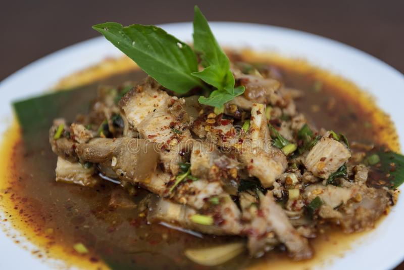 Salade grillée chaude et épicée de porc, Nam Tok Moo, plan rapproché images libres de droits