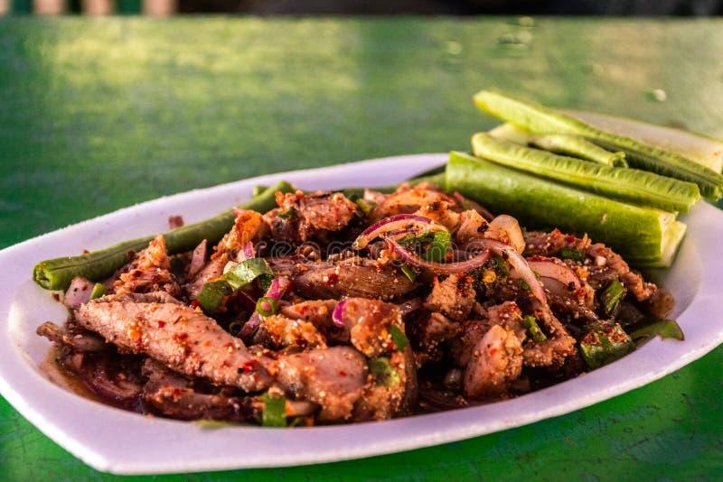 Salade grill?e chaude et ?pic?e Nam Tok Moo de porc image stock