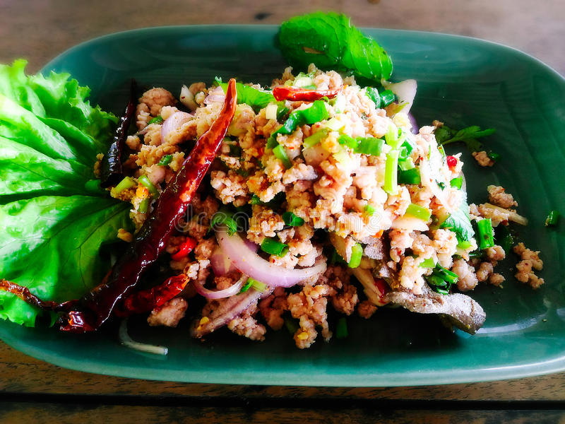 Salade hachée épicée de porc MOO de Larb photos stock