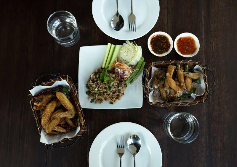 Salade hachée épicée thaïlandaise de porc de concept de nourriture avec des ailes de poulet dessus photo libre de droits