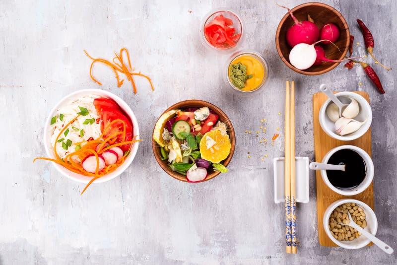 Salade het maken Bestek en het kleden zich ingrediënten voor verse salade op steen grijze achtergrond, hoogste mening royalty-vrije stock foto's