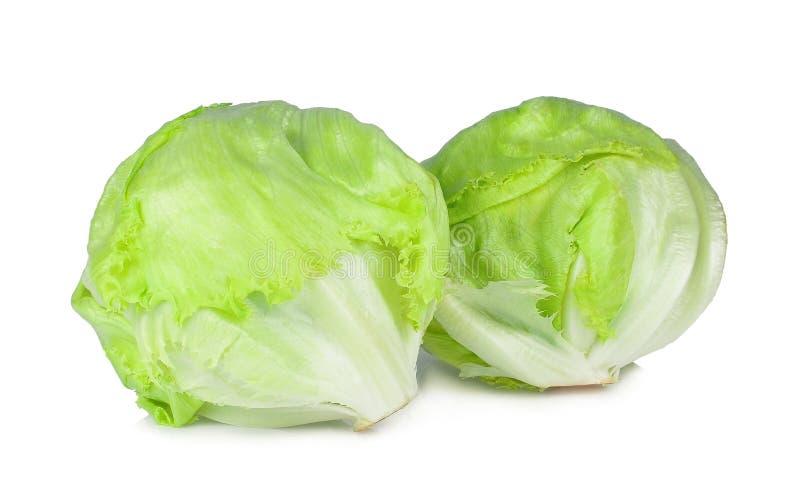 Salade 'Iceberg' verte d'isolement sur le blanc image stock