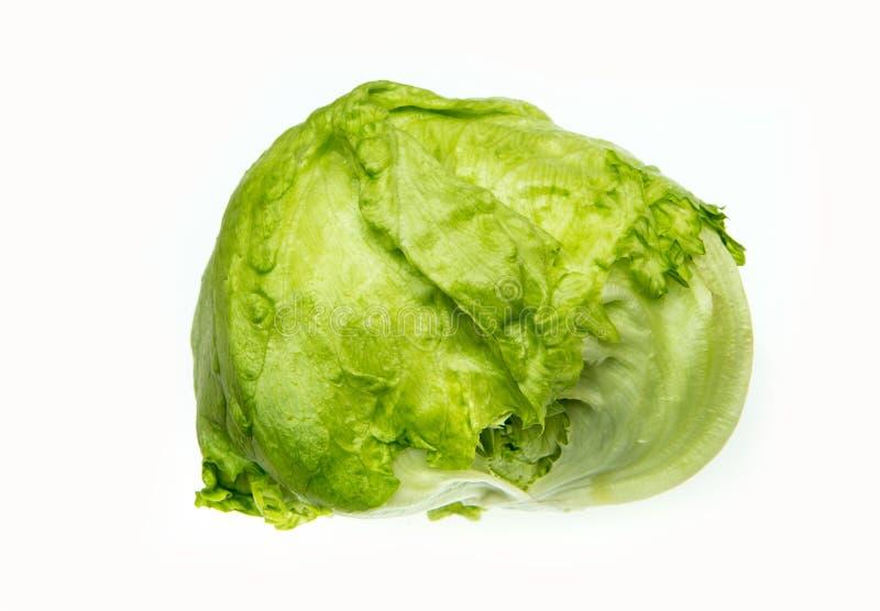 Salade 'Iceberg' verte sur le fond blanc photos libres de droits