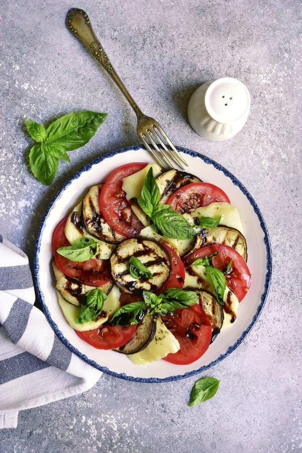 Salade italienne caprese avec les aubergines et le vinaigre balsamique principal vi photos libres de droits