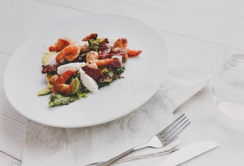 Salade italienne traditionnelle de fruits de mer avec les crevettes et le mozzarella images stock
