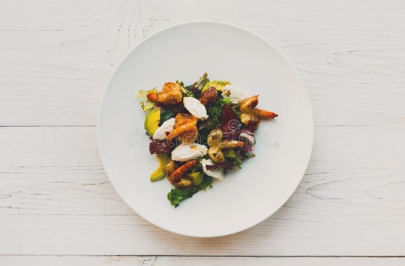 Salade italienne traditionnelle de fruits de mer avec les crevettes et le mozzarella photos libres de droits