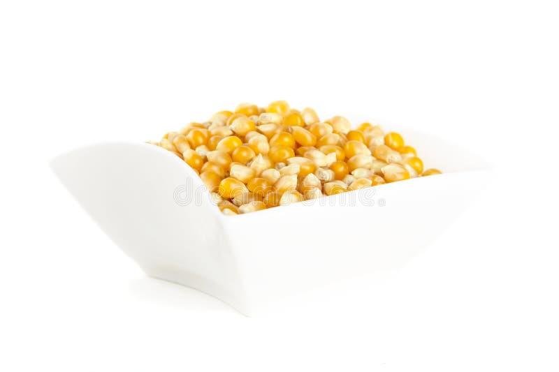 Salade-kom hoogtepunt van droog ruw graan op wit stock foto