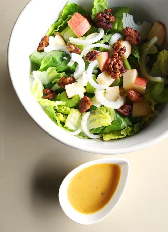 Salade in kom met zich het kleden stock afbeeldingen