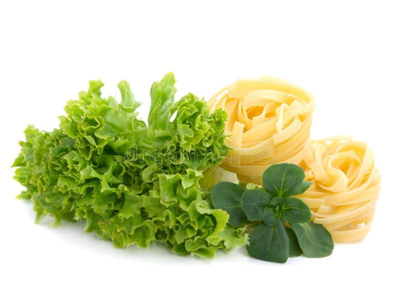 Salade, lames de laitue et macaronis frais photographie stock