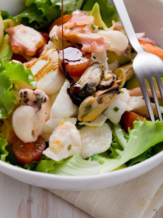 Salade mélangée de fruits de mer avec du mozzarella images stock