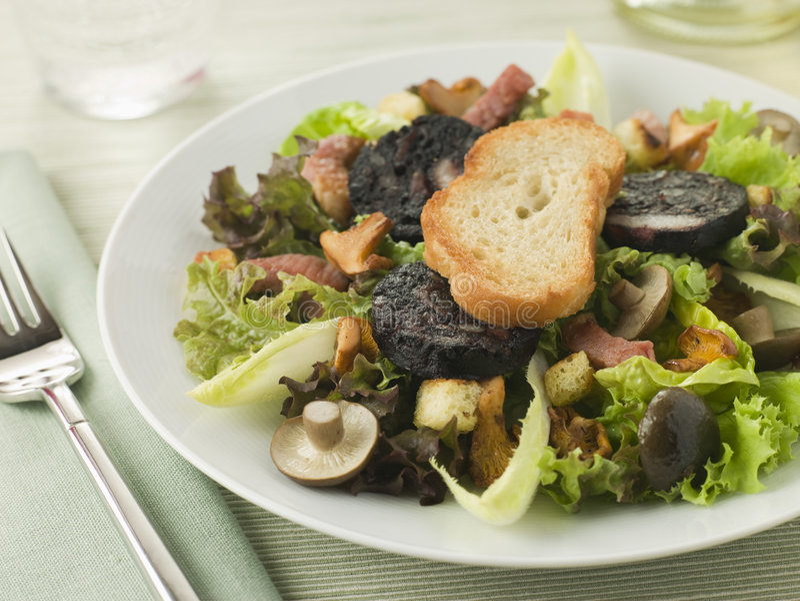 Salade Maison - het Bacon en de Paddestoelen van Boudin Noir royalty-vrije stock afbeeldingen