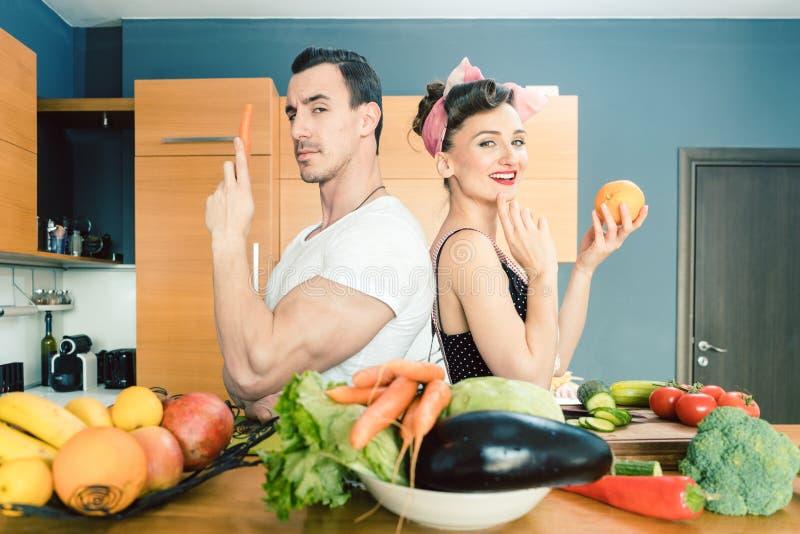 Salade maken en paar die samen koken royalty-vrije stock foto