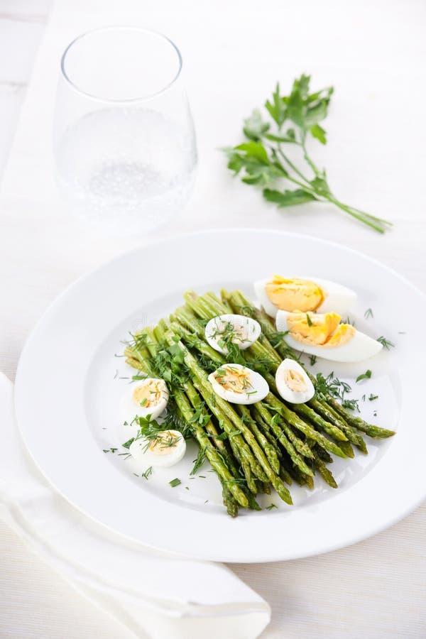 Salade met asperge en eieren stock afbeelding