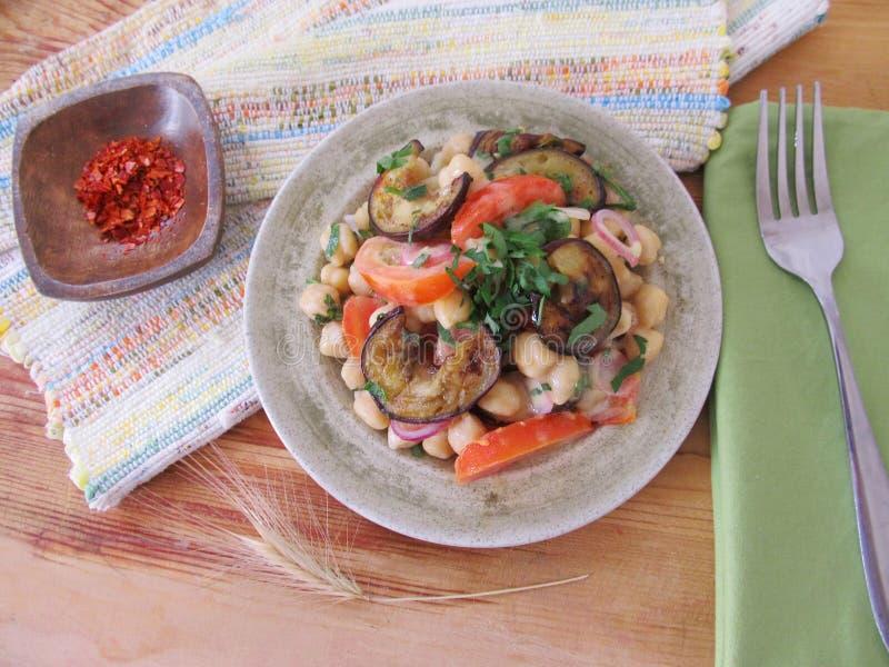 Download Salade Met Aubergines En Kekers Stock Foto - Afbeelding bestaande uit diner, cooking: 54082676