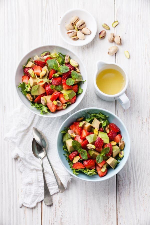 Salade met avocado en aardbei stock foto