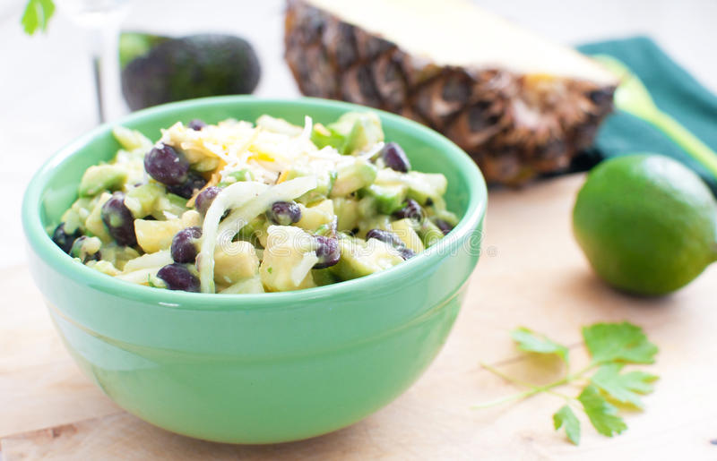 Salade met avocado's, ananas, zwarte bonen royalty-vrije stock foto's